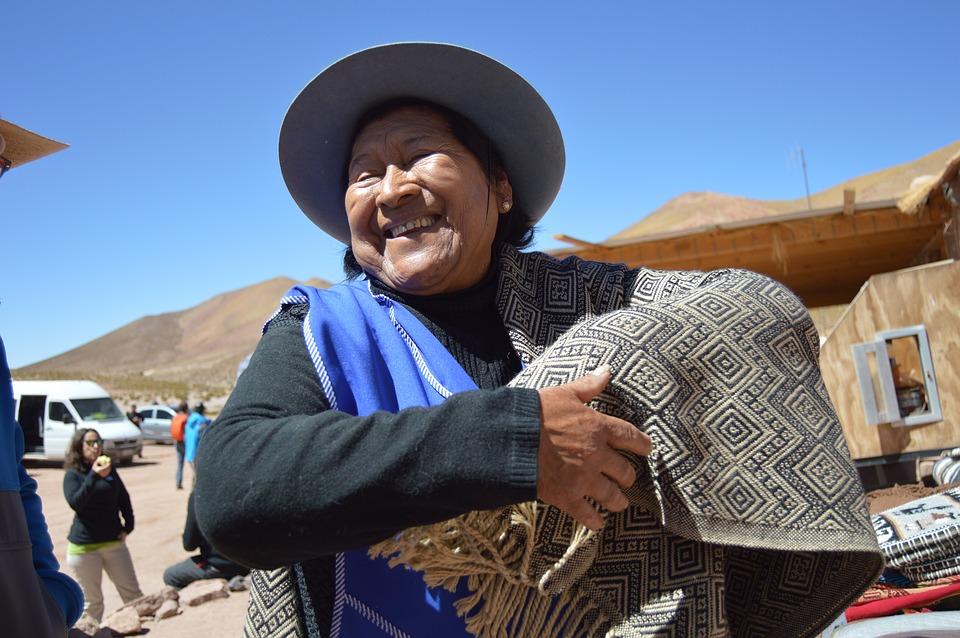 Una aborigen chilena sonríe ante la cámara, ataviada con ropa y sombrero tradicionales. Foto: Pixabay