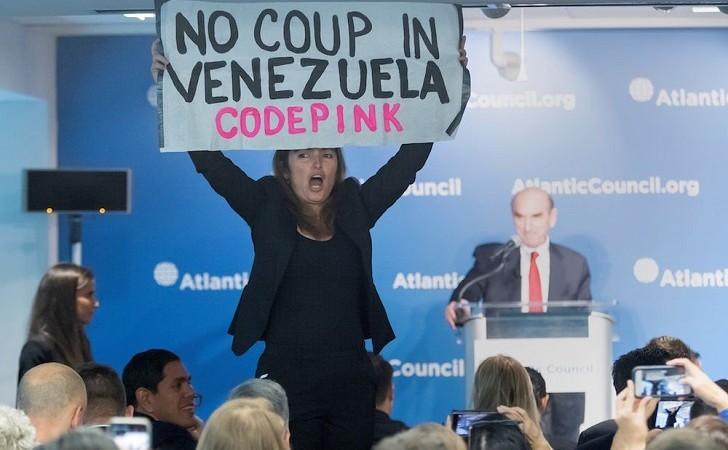 """""""Guaidó no fue elegido por nadie"""": activista interrumpe discurso de Elliott Abrams sobre Venezuela:"""