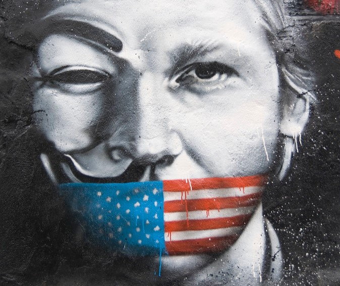 Grafitti de Julian Assange en St.-Romain-au-Mont-d'Or, Francia, pintado por Thierry Ehrmann