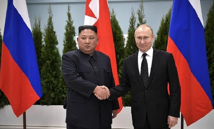 Vladimir Putin se reunió por primera vez con  Kim Jong-un en Rusia. Foto: Kremlin