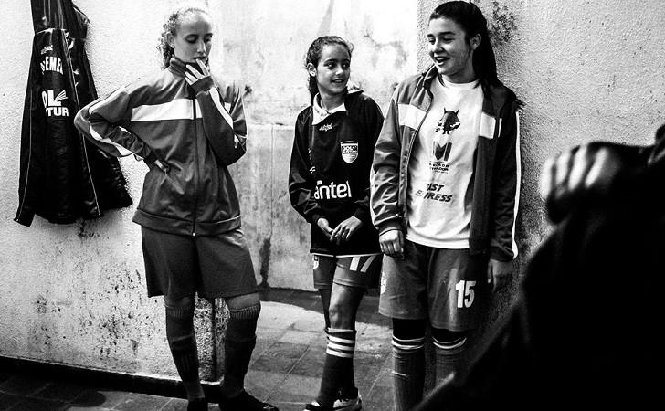 """""""Ellas Juegan"""": una muestra sobre las mujeres en el fútbol"""