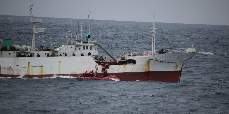 Un barco pesquero ilegal es abordado por navíos del ejército de los Estados Unidos en aguas internacionales