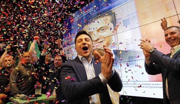 El cómico Zelenski es elegido presidente de Ucrania .