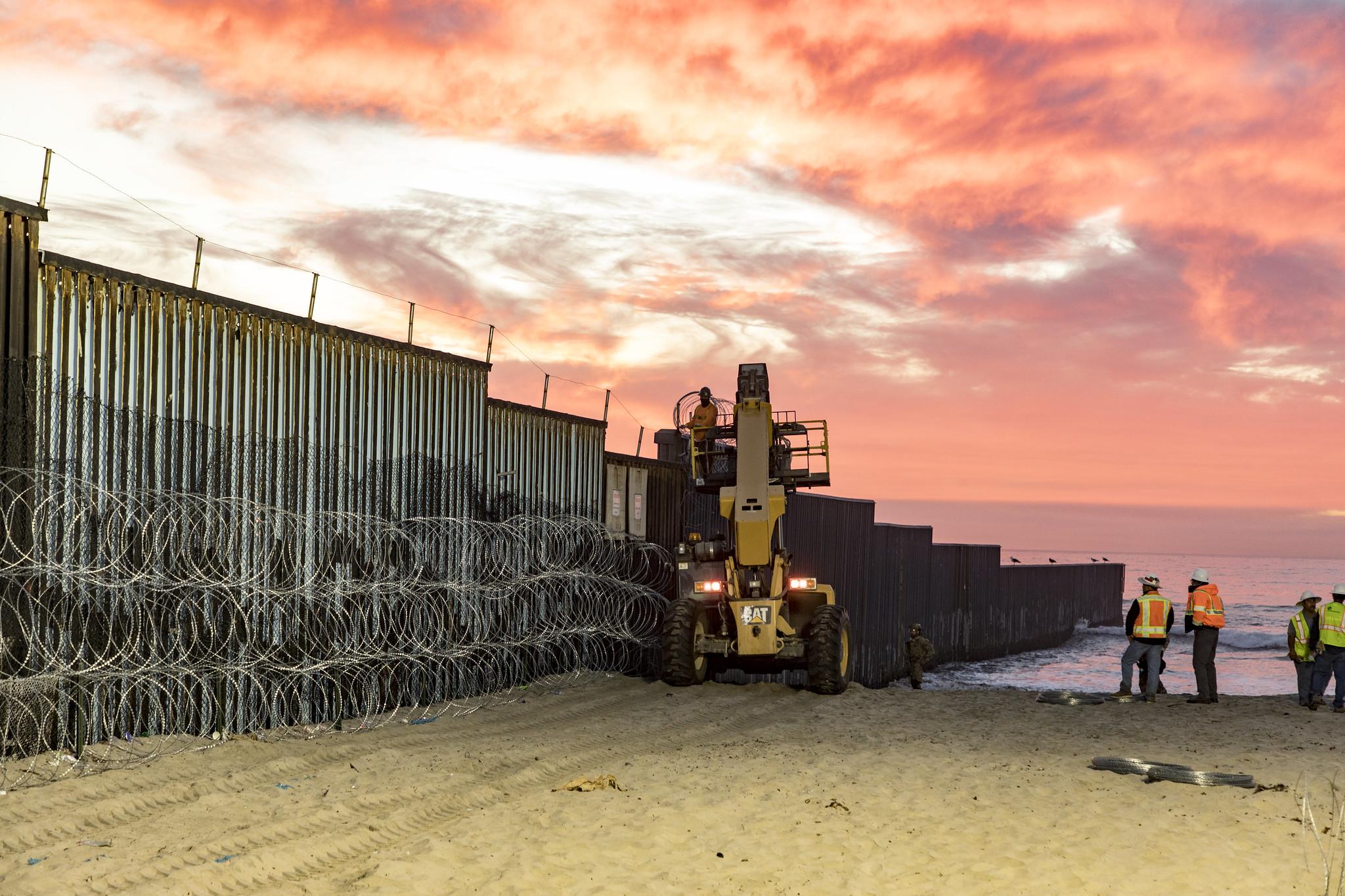 Trabajadores estadounidenses refuerzan la frontera entre Estados Unidos y México. Foto: U.S. Customs and Border Protection