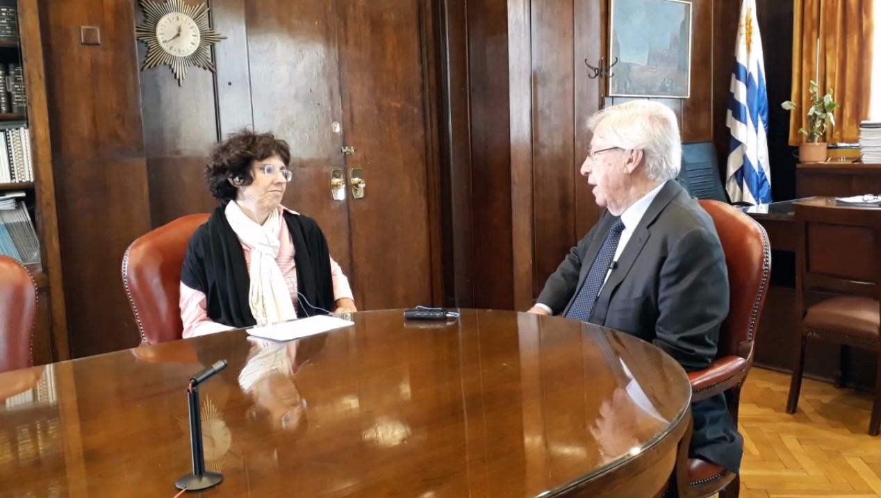 Ana María Mizrahi entrevistando a Danilo Astori. Foto: Carlos Loría - LARED21