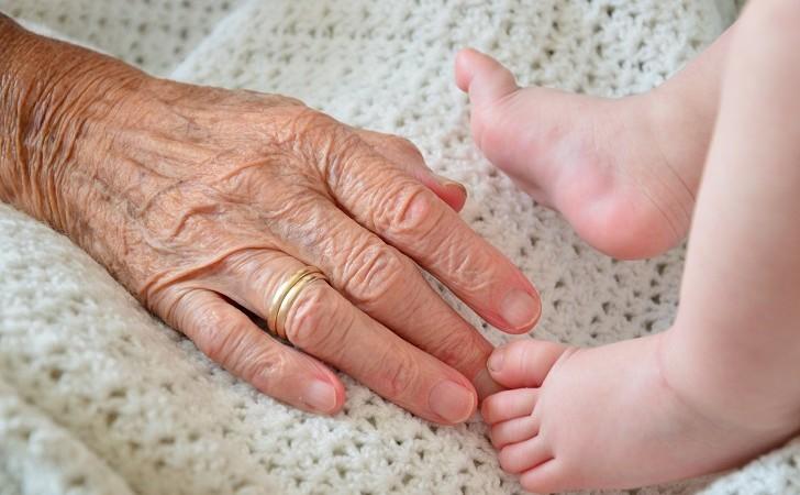 Estudio: Abuelos y abuelas que cuidan a sus nietos viven más