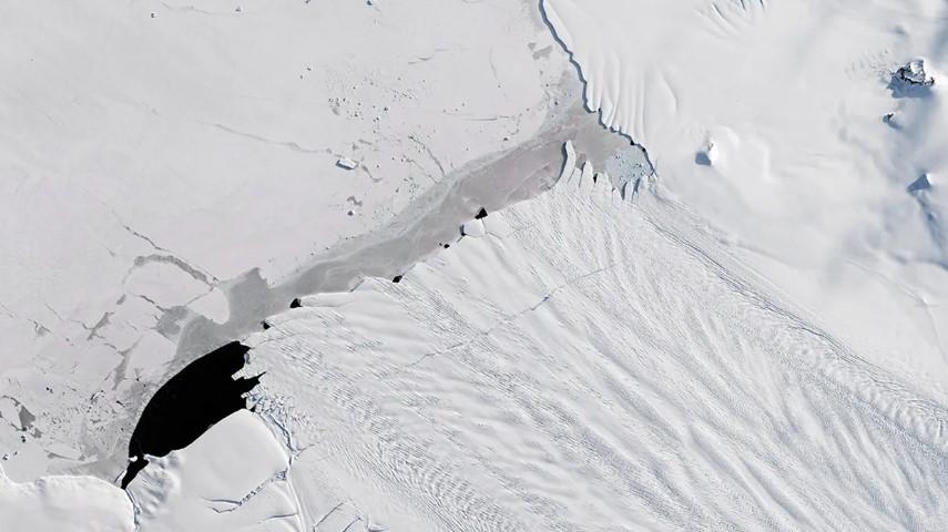Una imagen satelital del glaciar Pine Island de la Antártida, que se está derritiendo en cinco niveles de la década de 1990. Foto: Planet Observer / Getty Images