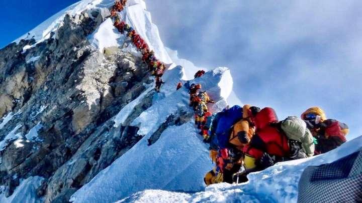 Una foto capturada a principios de esta semana muestra a cientos de alpinistas esperando en línea para tomarse una selfie en la cima del Everest. Foto: Possible Project