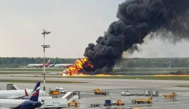 Un avión de pasajeros se incendia al aterrizar de emergencia en un aeropuerto de Moscú
