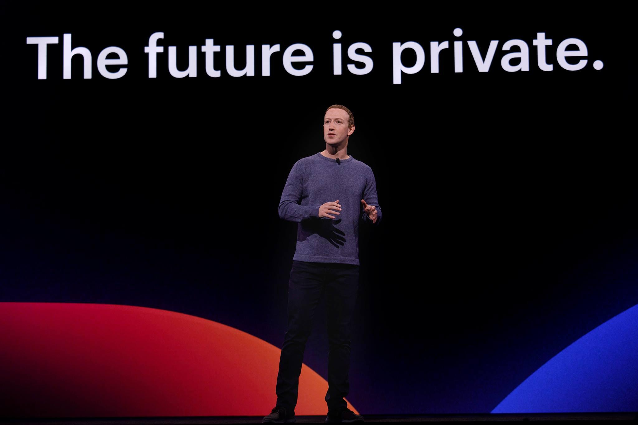 """""""El futuro es privado"""", reza una leyenda detrás de Mark Zuckerberg en la última presentación de nuevos productos de Facebook, hace unos días. Foto: Facebook"""