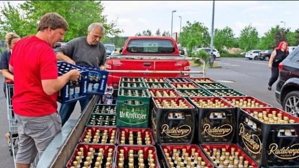Los habitantes de una ciudad alemana compran toda la cerveza disponible en protesta por la celebración de un festival neonazi