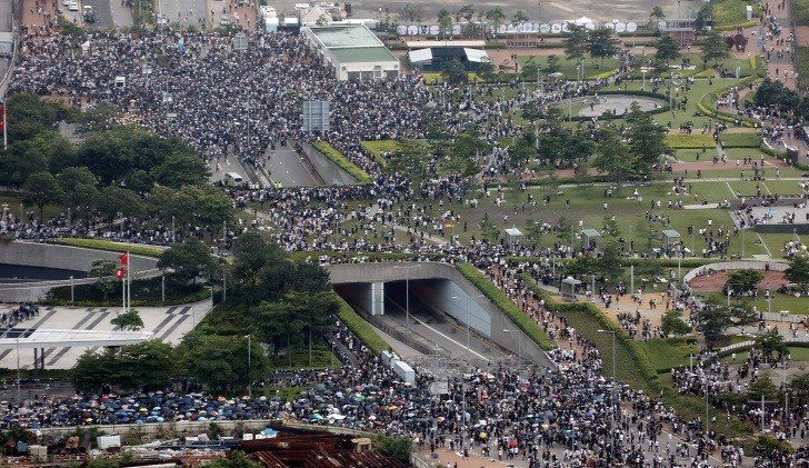 Miles de personas protestan en Hong Kong contra el proyecto de ley de extradición