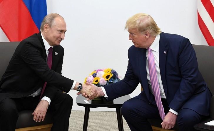 """Trump bromea con Putin y pide que """"no interfiera en las elecciones"""" de EE.UU."""