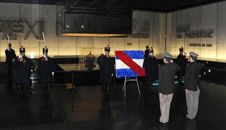 Representantes de Casa Militar realizaron una ofrenda floral al pie del Mausoleo. Foto: Presidencia de la República.