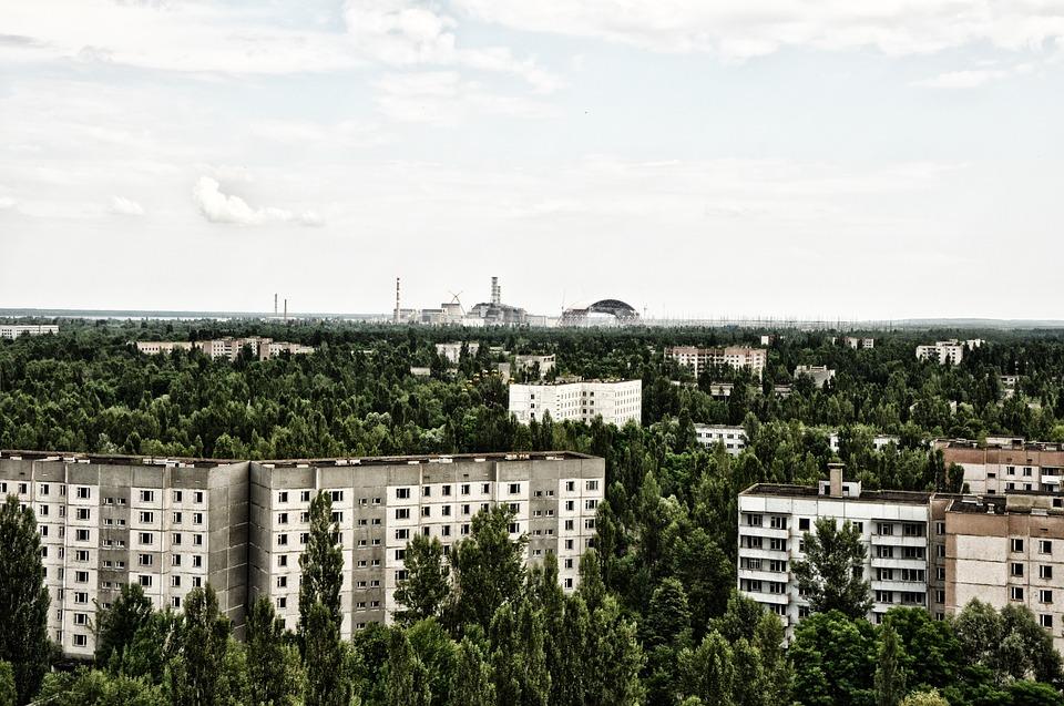 En primer plano la ciudad fantasma de Pripyat. Al fondo, la planta de Chernóbil. Foto: Pixabay