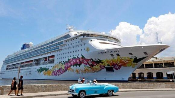 Un auto clásico pasa frente a un crucero que venía de Estados Unidos. Foto: Agencia Cubana de Noticias - Cubadebate