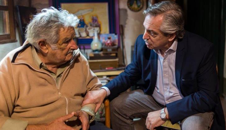 Mujica junto a Alberto Fernández.