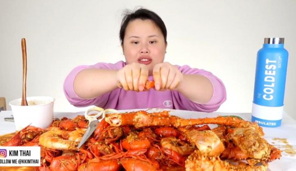 """La """"youtuber"""" estadounidense Kim Thai dedica su canal a crear videos de """"mukbang"""" en los que se graba comiendo diferentes platos de todo el mundo. (Foto: KKIMTHAI)"""