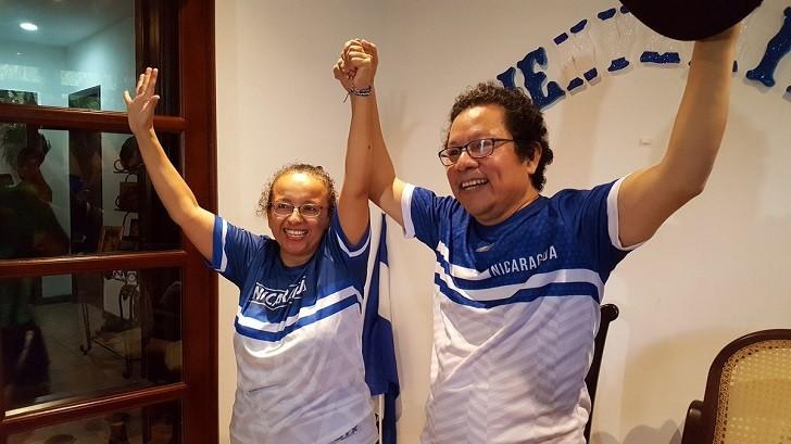 Foto: los periodistas Miguel Mora y Lucia Pineada tras recuperar la libertad