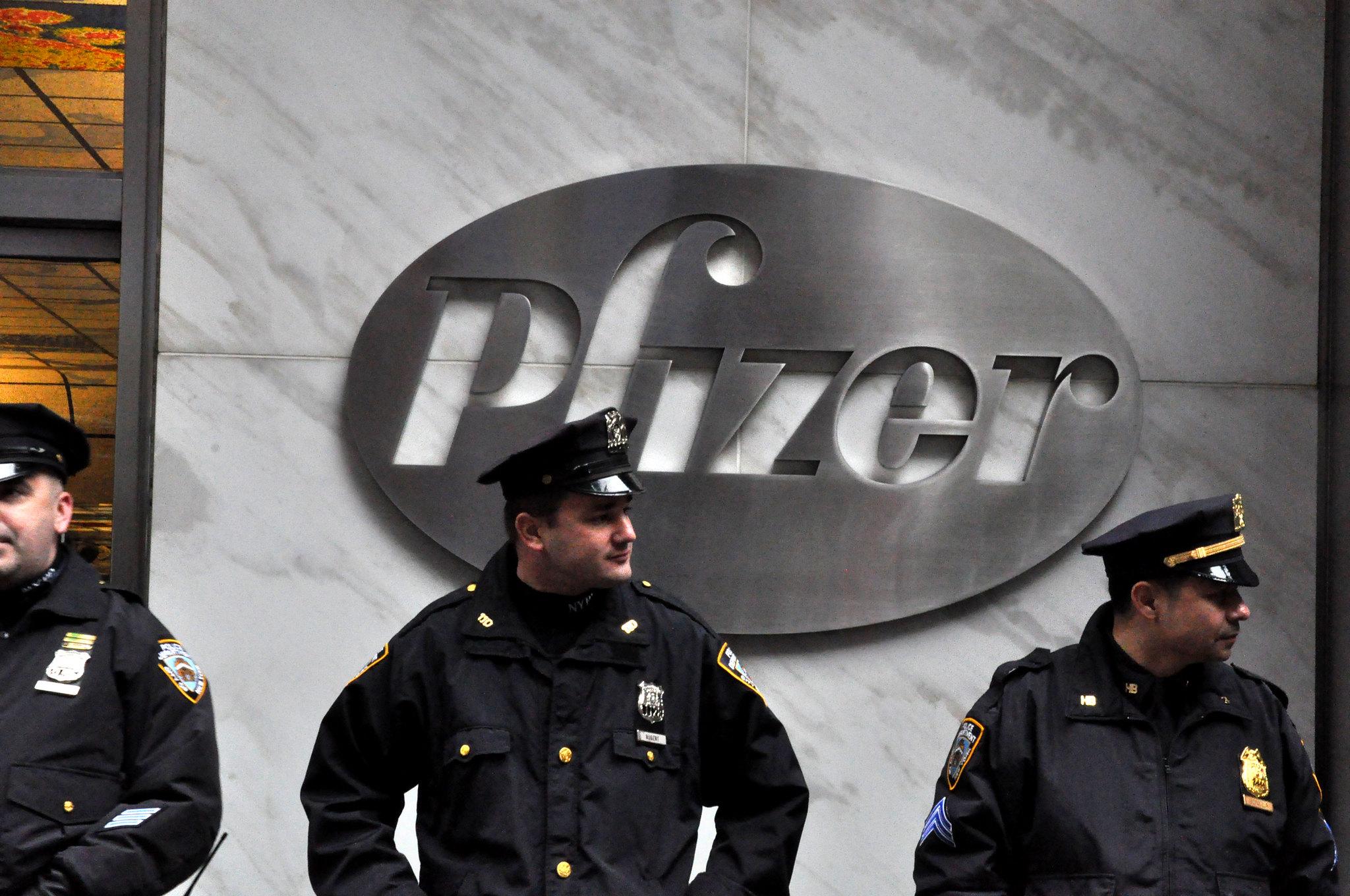 Oficiales de policía resguardan las oficinas de Pfizer en Nueva York. Foto: Michael Fleshman / Flickr