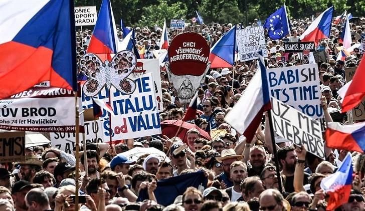 Multitudinaria manifestación en República Checa pide renuncia del primer ministro