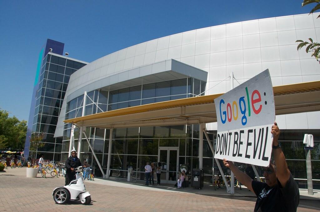 """""""Google, no seas malo"""", dice el cartel que sostiene un hombre en un edificio de la empresa en Sillicon Valley, California. Foto: Flickr / Steve Rhodes"""