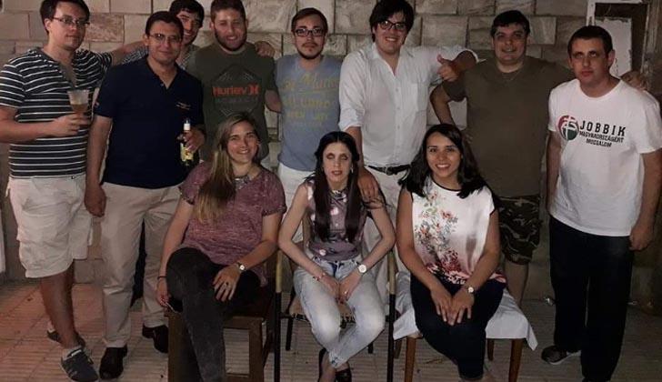 """A la derecha de la foto parece Klein con una remera partido húngaro xenófobo y de ultraderecha, """"Jobbik"""", en 2017."""