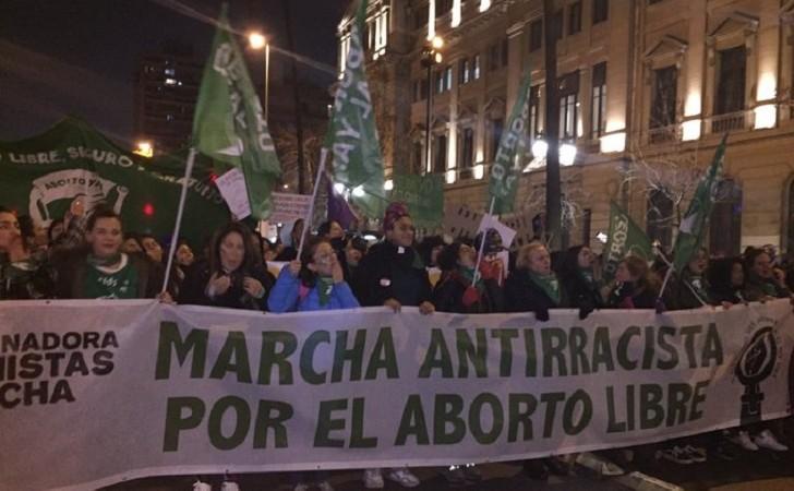 """Miles de mujeres marcharonn en Chile bajo la consigna """"el aborto libre será antirracista"""""""