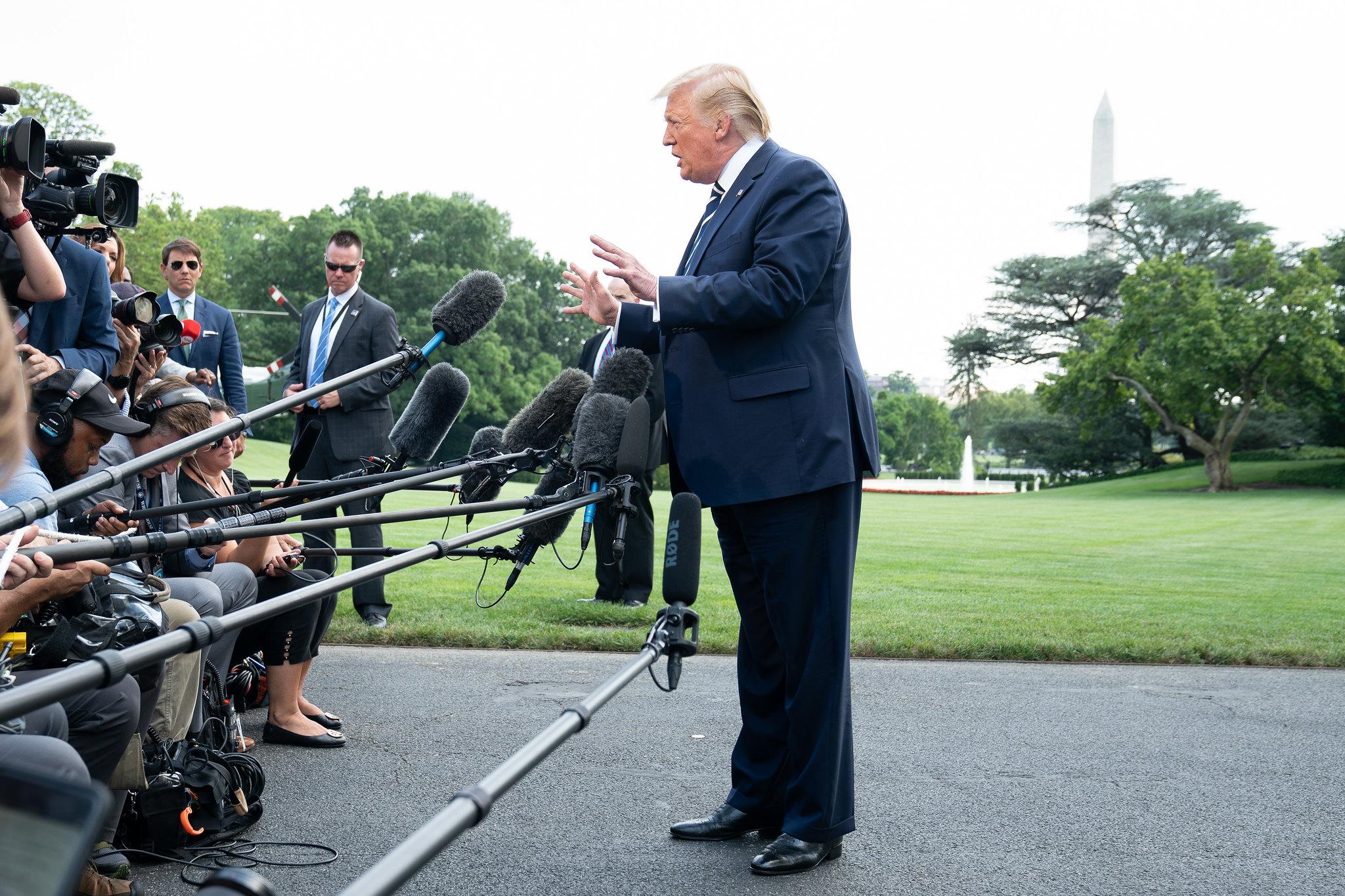 Trump habla con los periodistas en el jardín de la Casa Blanca. Foto: Flickr / The White House