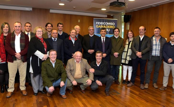 Autoridades del BROU junto a integrantes del Consorcio Plaza Rural