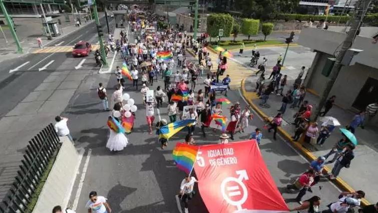 """""""Existo. Resisto. Celebro"""", fue una de las consignas que se vieron en la marcha del orgullo LGBTIQ+ en Ciudad de Guatemala. Foto cortesía de La Prensa Libre de Guatemala"""