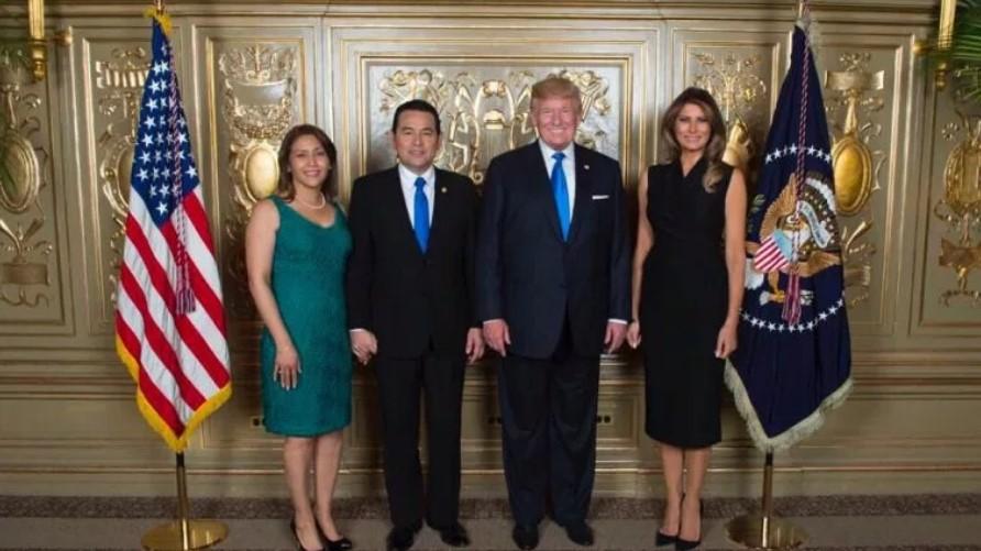 Patricia y Jimmy Morales, junto a Melania y Donald Trump en una actividad celebrada en Nueva York, en septiembre del año pasado. Foto cortesía de La Prensa Libre de Guatemala / Hemeroteca PL