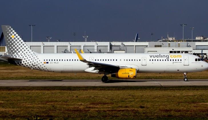Denuncian a Vueling por negarle a una pasajera acceder al avión por su escote
