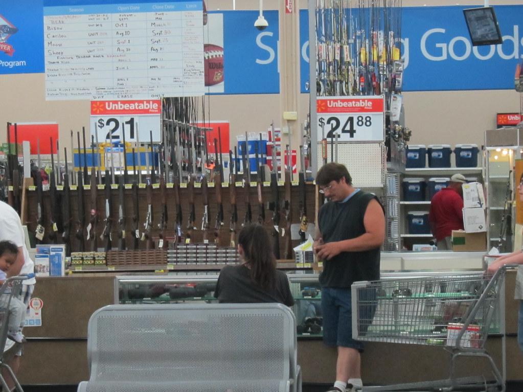 En los supermercados Walmart de Estados Unidos se pueden comprar armas con controles laxos y deficientes. Foto: Flickr / Rick Webb