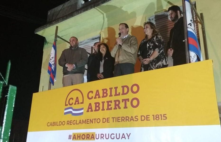 Dorrego, el último a la izquierda, es un activo militante de Cabildo Abierto. Foto: Facebook