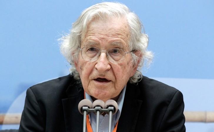 """Noam Chomsky cuestionó el """"proceso de avanzada neoliberal"""" de Macri en Argentina."""