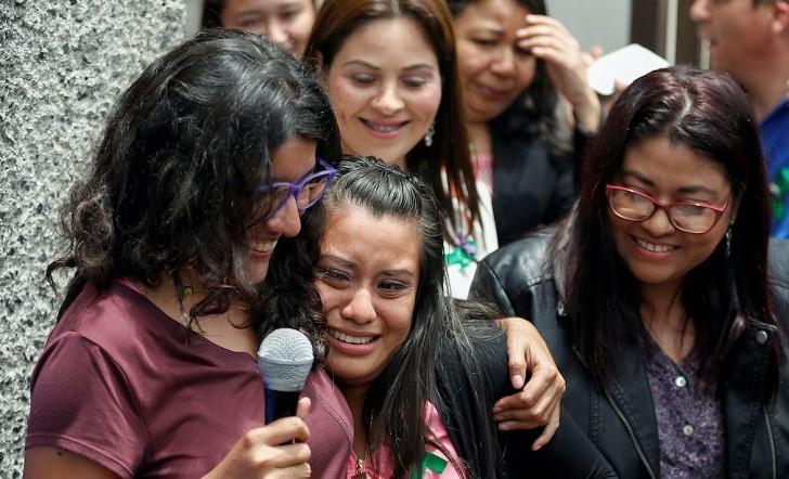Justicia salvadoreña exonera a joven condenada por haber sufrido un aborto espontáneo en el 2016