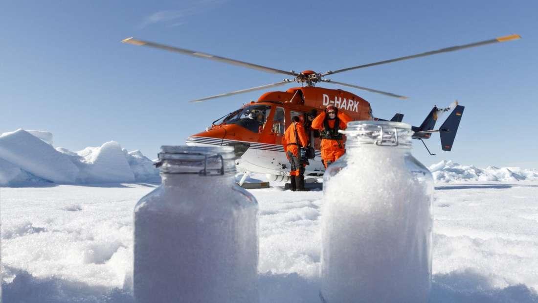 Científicos del Instituto Alfred Wagener en un helicóptero en el Ártico. Recopilan muestras de nieve para revisar la presencia de microplásticos