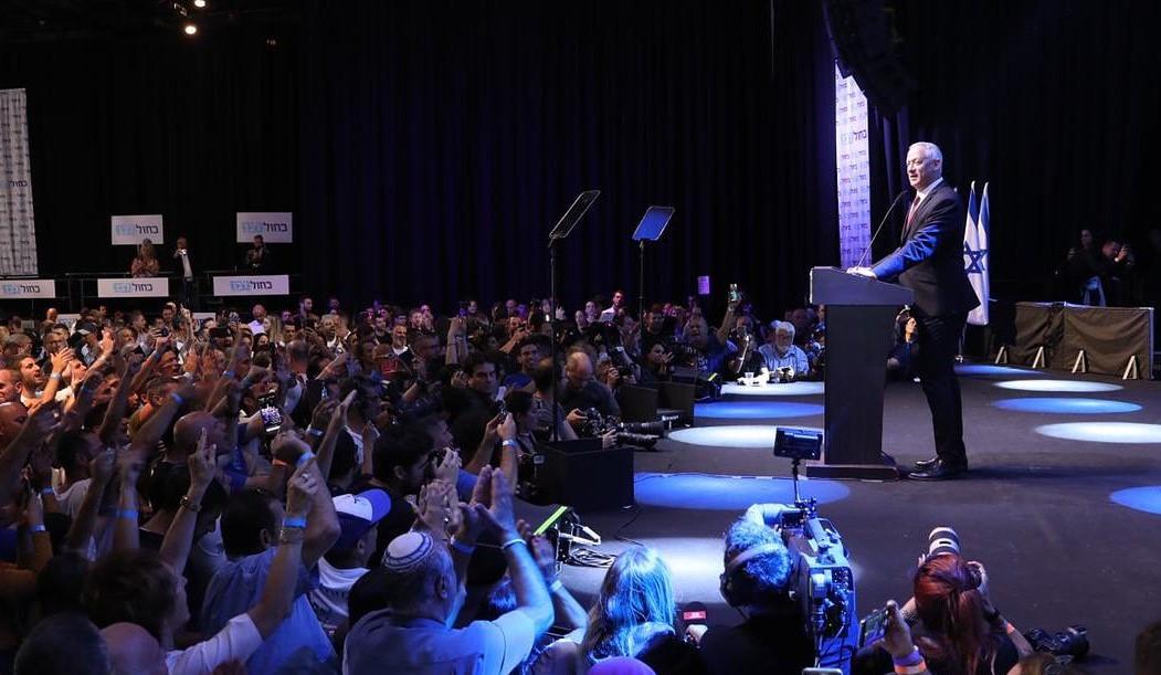 Benny Gantz celebra junto a sus partidarios haber aventajado a Netanyhu. Foto: Twitter / Benny Gantz