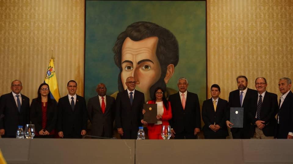 Delcy Rodríguez sostiene el acta del acuerdo firmado con los partidos opositores minoritarios. Foto: Gobierno de Venezuela
