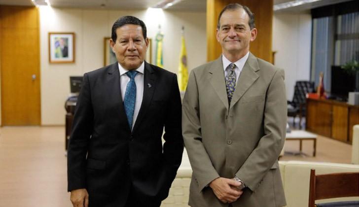 General Mourão junto a Manini Ríos. Foto: Twitter.