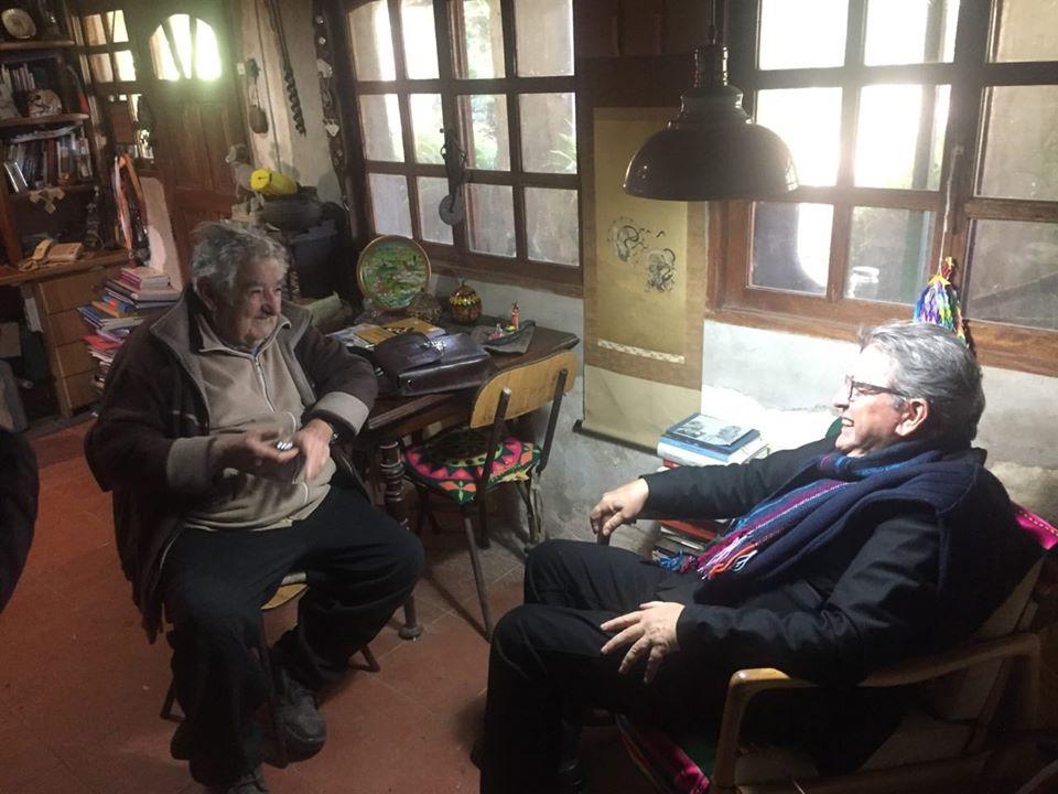 Jean-Luc Mélenchon conversando con José Mujica en el Quincho de Varela. Foto: Facebook