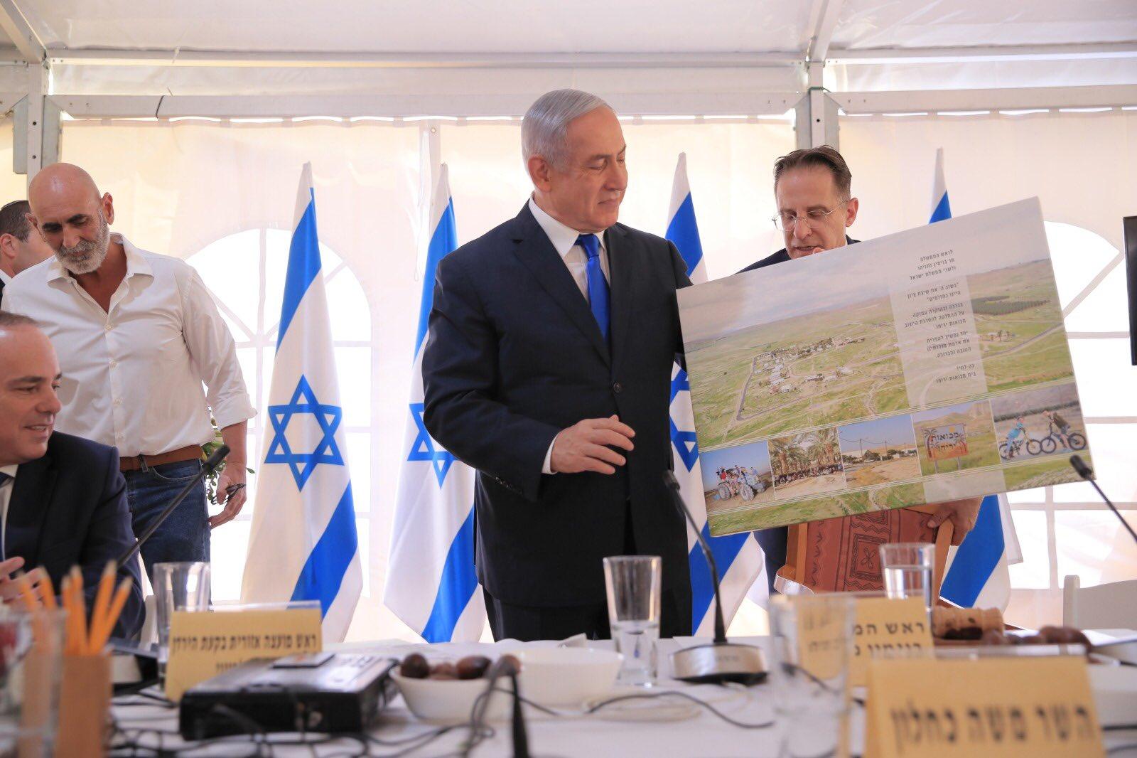 Netanyahu muestra un mapa de los nuevos asentamientos israelíes en Palestina. Foto: Twitter / Netanyahu