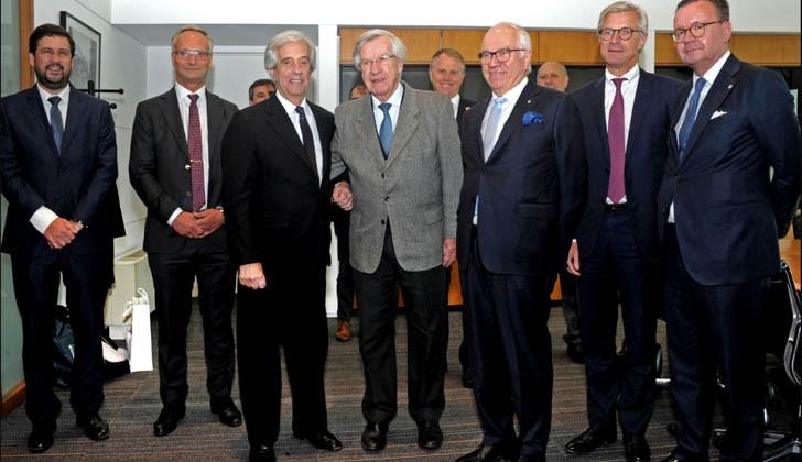 Vázquez y Astori junto a una delegación de Stora Enso. Foto: Presidencia de la República.