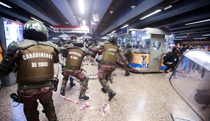 Carabineros se enfrentan a manifestantes en el metro / Foto: EFE