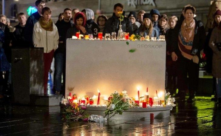 Personas dejan flores y velas en el Markplatz en Halle / Foto: AFP