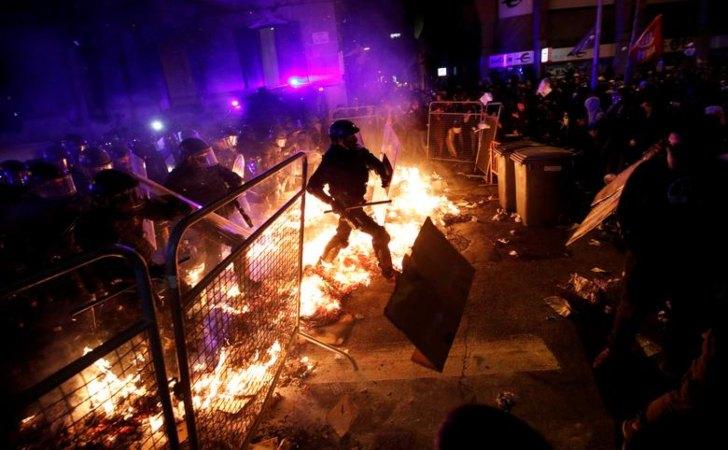 Manifestantes se enfrentan con la policía / Foto: Reuters
