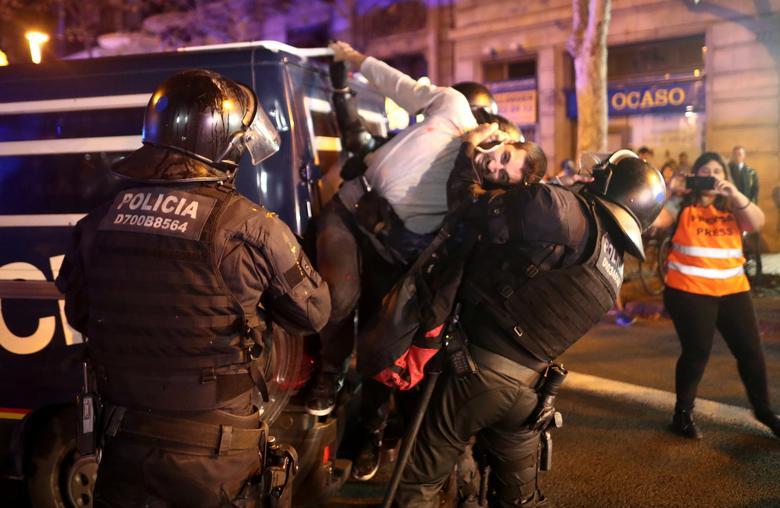 Un joven es detenido por las fuerzas antichoque de la Policía / Foto: Reuters