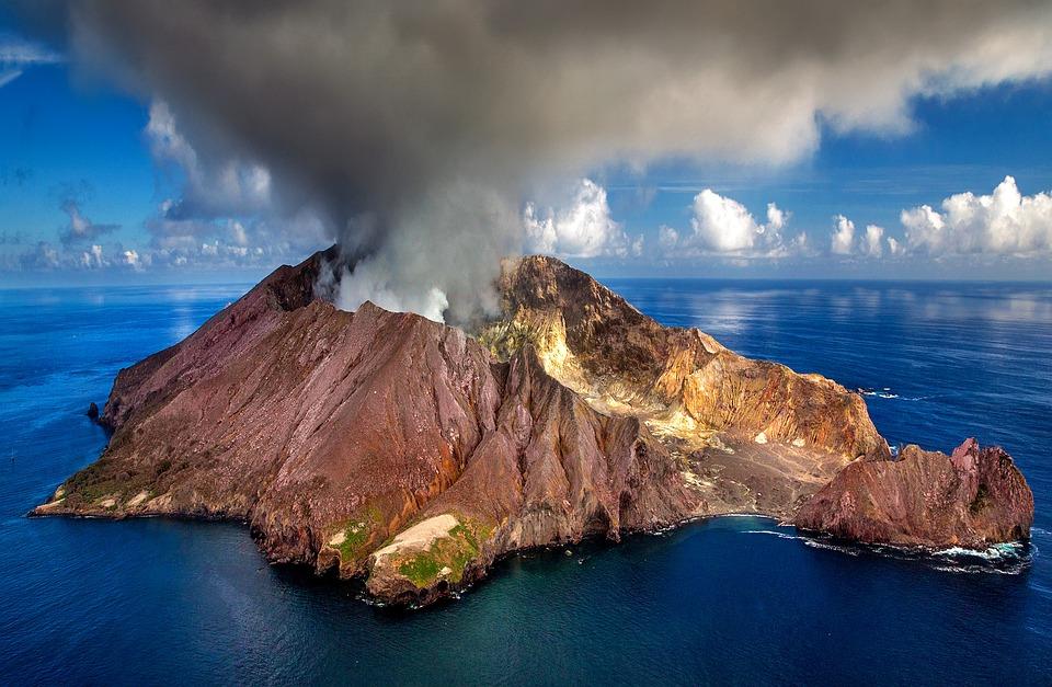 Volcán Isla Whakaari en Nueva Zelanda haciendo erupción. Foto: Pixabay
