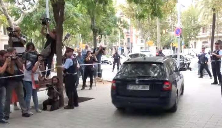 Momento en que retiran a la niña del Consulado de Uruguay en Barcelona. Foto: Captura pantalla EFE.